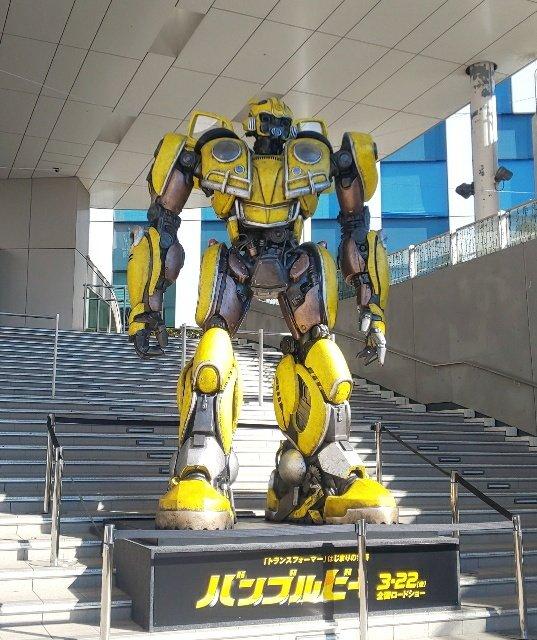 Bumblebee de tamaño natural construido cerca de Gundam y Odaiba