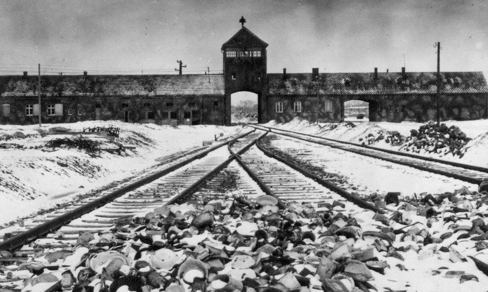 #Efemérides Hoy hace 74 años, el Ejército Rojo de la Unión Soviética liberaba el Campo de exterminio Nazi de Auschwitz situado a 43 km de Cracovia en Polonia.