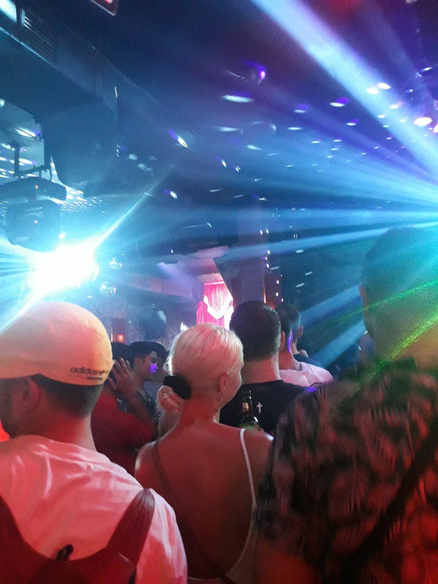 First experience masuk di LGBT nightclub MIXWELL . . . Buat kalian yang  penasaran aja clubnya kaya gimana jangan baca kalo gasuka, aku straight  tapi pen ...