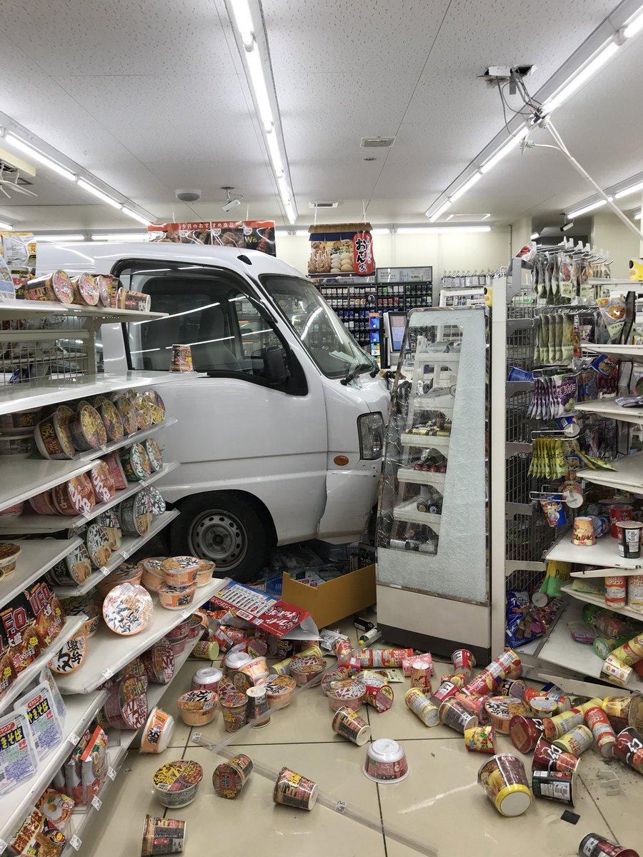 流山市のローソン流山東深井店で高齢者の軽バンが店内に突っ込んだ事故現場の画像
