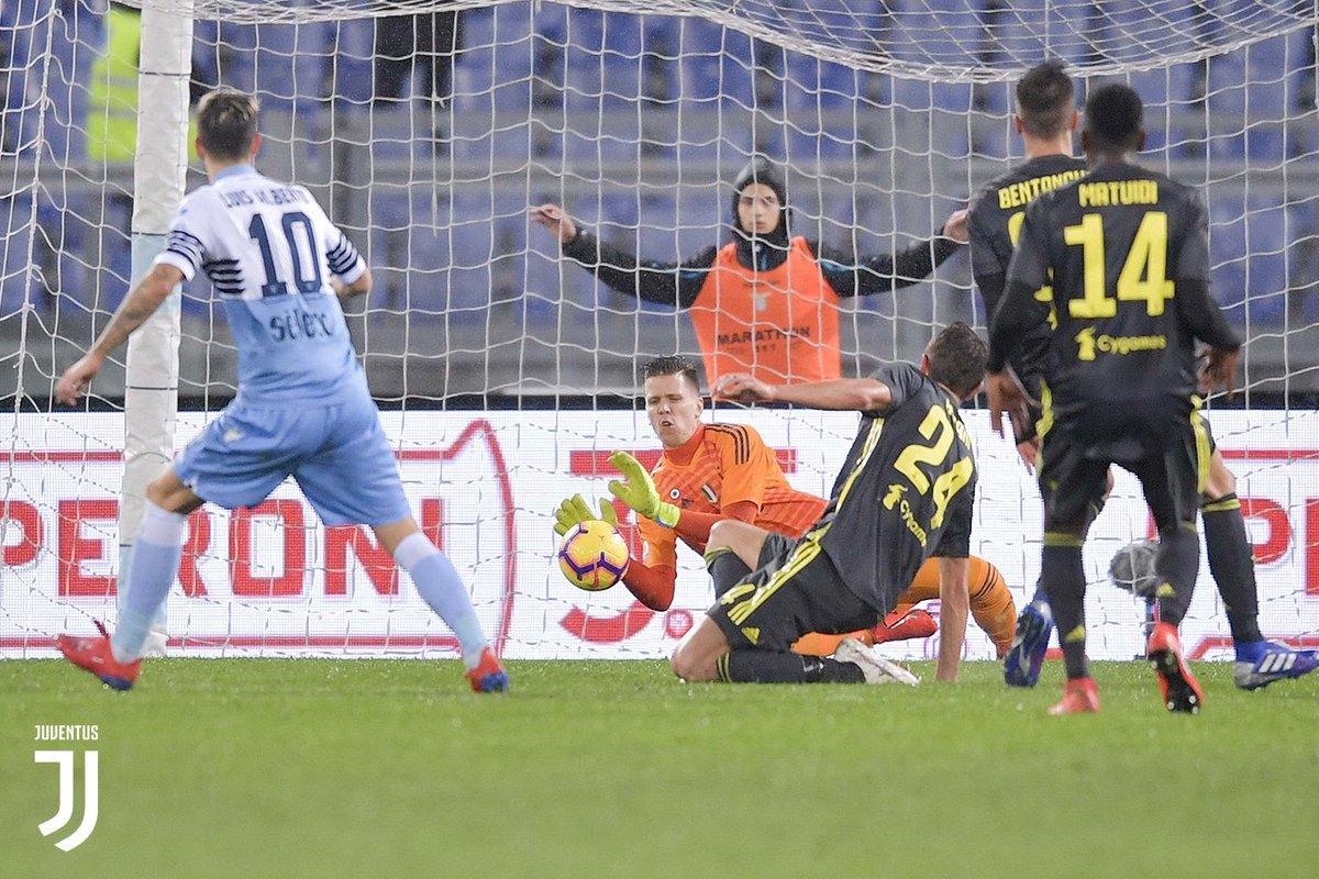 Kiper Juventus Wojciech Szczesny berjibaku menyelamatkan gawangnya dari gempuran pemain Lazio.