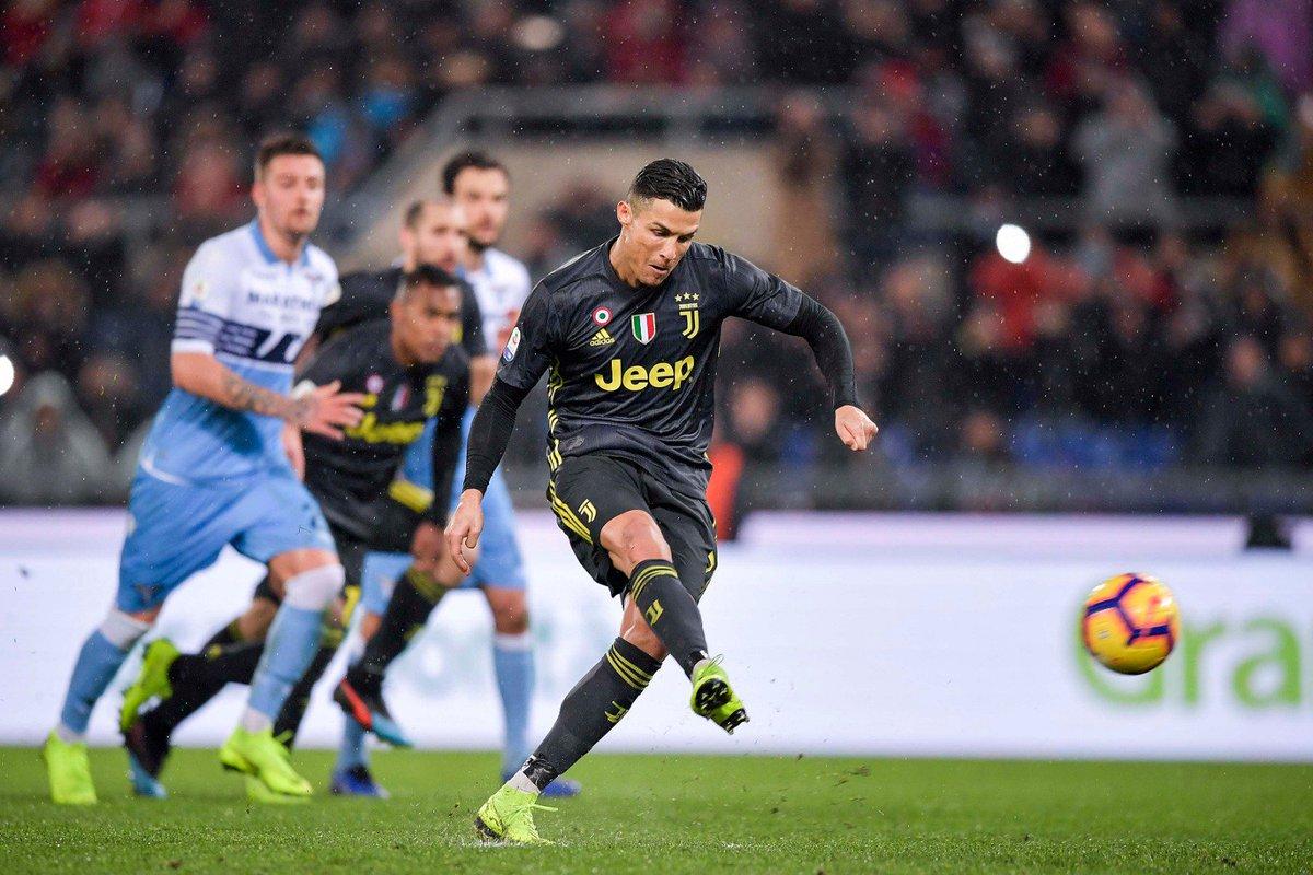 Cristiano Ronaldo mengeksekusi penalti sekaligus mengukir gol kemenangan dari kandang Lazio.