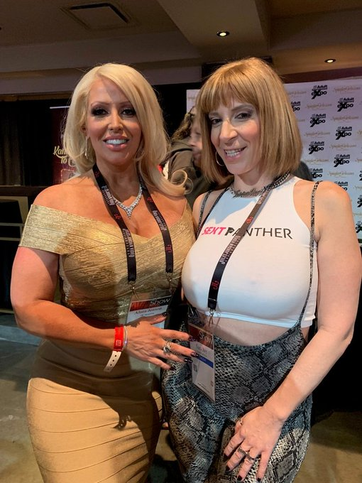 With one of the hottest blonde bombshells 💣👩🏼@alurajenson 💋@aeexpo #avn2019 #avnshow https://t.co/9N