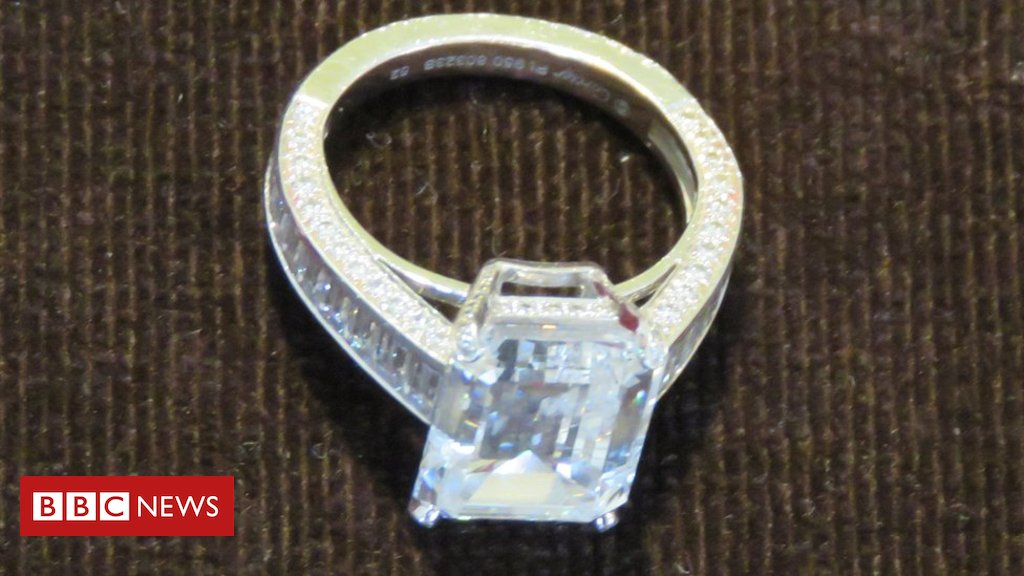 Anel de diamantes que vale R$ 4,8 milhões é chave para investigar #mulher que gastou fortuna em loja https://t.co/U8adg5VGKF