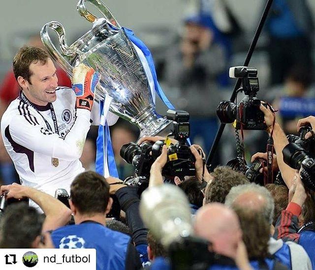 Con 36 años y después de 20 temporadas jugando como profesional (15 en Inglaterra), Peter #Cech se retira del fútbol al final de esta temporada. El gigante checo y uno de los héroes de la #Champions 2011/2012 se nos va.
