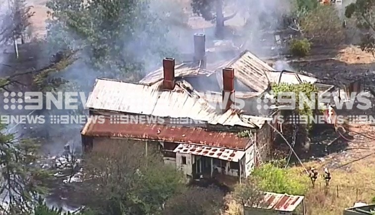 LIVE NOW: Firefighters are battling a bushfire that has destroyed a building at Nairne in the Adelaide Hills. WATCH: https://t.co/WWjV6X3xuK #9News