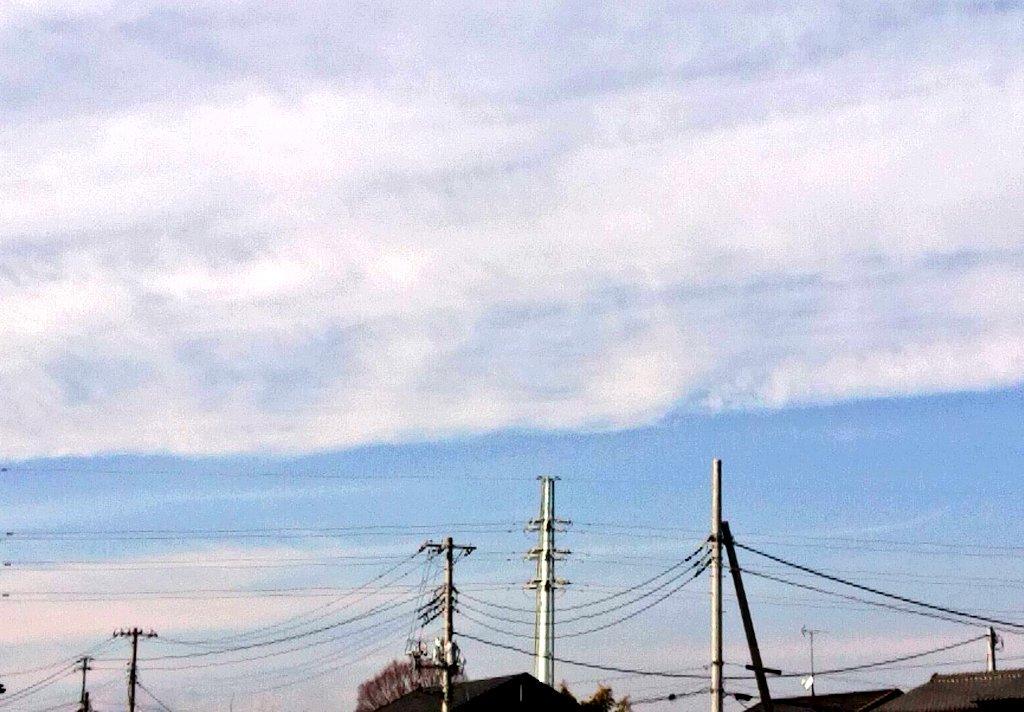 役所での手続きがあり電車に乗る。駅のホームから空を見る。何となくやはり空が好きだなと思う。 https://t.co/hlQ8ZEL5ux