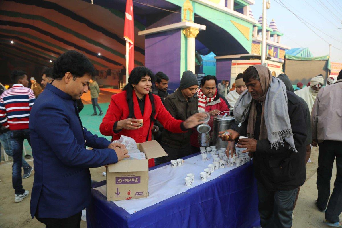 @narayanseva_ दवारा ठिठुरती सर्दी में श्रद्धालुओं को गर्म चाय और बिस्कुट से मिली राहत  #kumbh #mahakumbh #prayagraj #kumbh2019 #sharinglove #food #tea