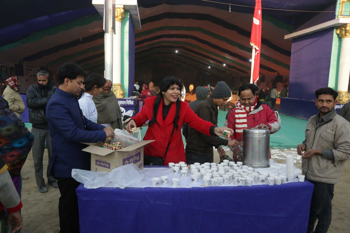 What can be more relieving than the cup hot 'tea' in cold winter ???   @narayanseva_ serving free breakfast to kumbh pilgrims at prayagraj.  #kumbh #mahakumbh #prayagraj #kumbh2019 #sharinglove #food #tea #prayagkumbh #happiness #pilgrims