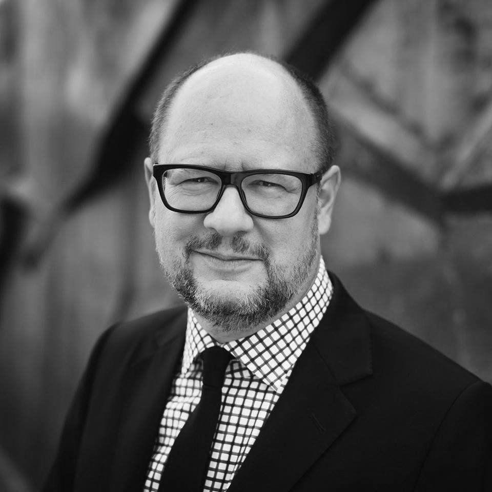 Pour rappel en Pologne @AdamowiczPawel le maire de Gdansk est mort dimanche 13 janvier tué à l'arme blanche sur une scène sous les yeux de plusieurs centaines de participants à un événement caritatif. Paweł Adamowicz 1965-2019
