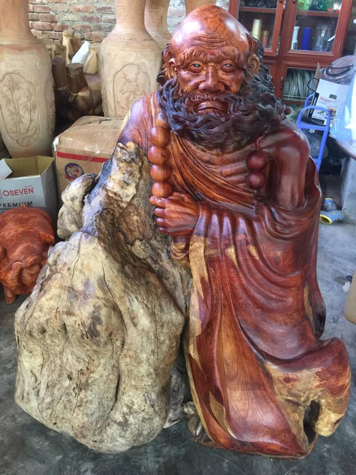 Tượng Đạt Ma Tổ Sư nặng gần 200kg Chất liệu U sụn hương đỏ vân chớp