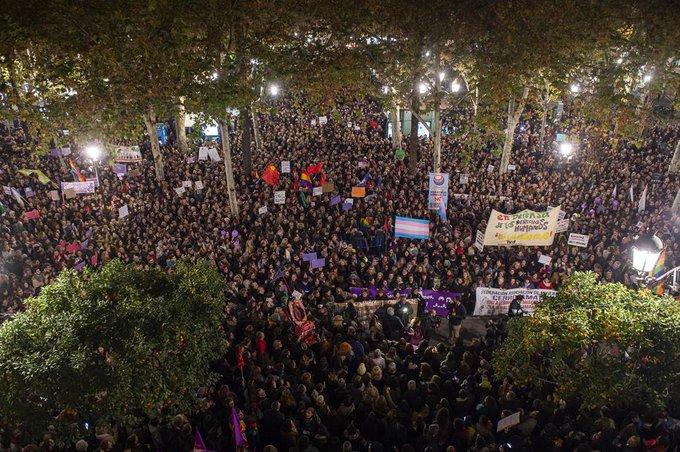 Concentración feminista en Sevilla contra el acuerdo de gobierno andaluz que incluye pactos con VOX #NiUnPasoAtrasEnIgualdad #VivasNosQueremos Foto