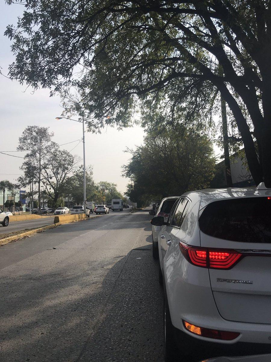 @Trafico_ZMG choque en lateral av vallarta, la gebte hace fila para gasolinera galerias #DesabastoDeGasolinaGDL https://t.co/qIUnJXlTLE