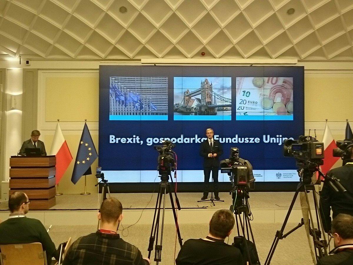minister Jerzy Kwieciński na tle napisu brexit, gospodarka, fundusze unijne