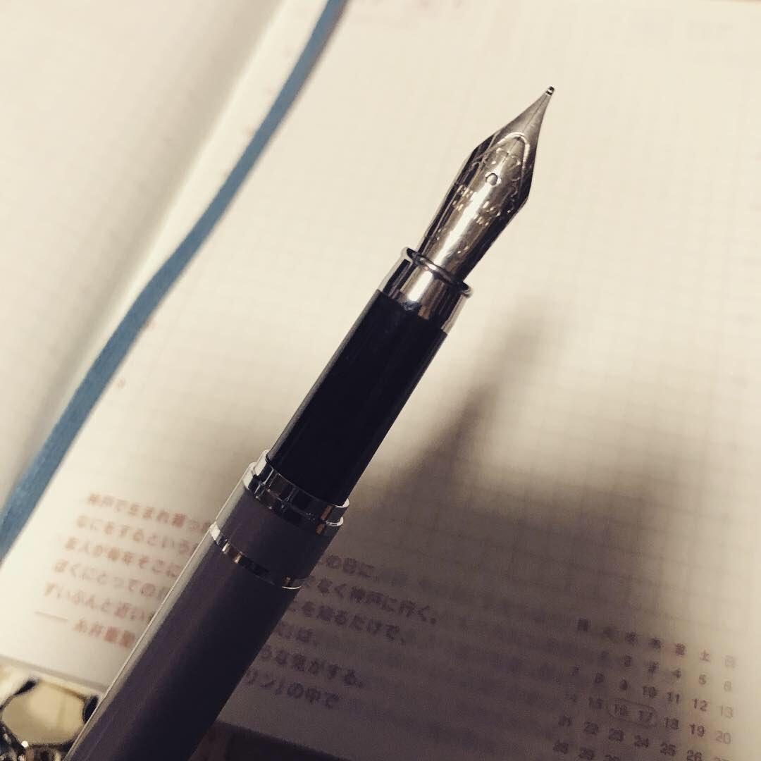 test ツイッターメディア - 大きめのダイソー行ったら万年筆売ってて思わず買ってしまった✒️ 昔使ってたペリカンの子供用のなくしちゃってからずっとボールペンしか使ってなかったけど、やっぱり万年筆いいなぁ… 100円でもちゃんと書ける。 ってか普通に書きやすいぞ! いつかちゃんとしたのも欲しい(´・・`) #ダイソー #万年筆 https://t.co/l2iX8iO5Uu