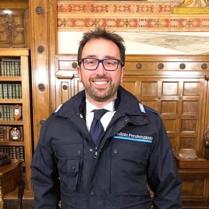 Come è felice #Bonafede con la divisa della penitenziaria. Può copiare Salvini, finalmente. Nel frattempo non si è accorto che nello #Spazzacorrotti c'è una norma ad personam che salva i leghisti dal peculato. Ma lui sorride beato. Foto