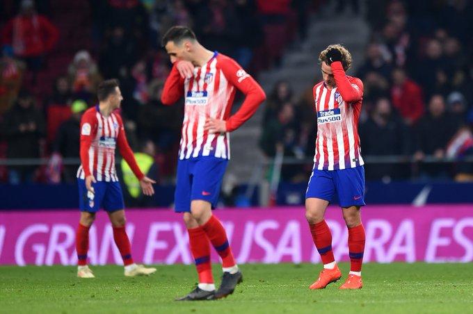 Los jugadores del Atlético, cabizbajos.