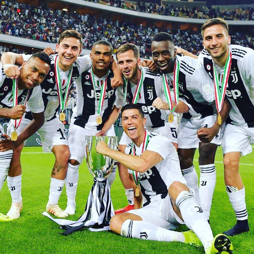 Para pemain Juventus merayakan keberhasilan menjuarai Piala Super Italia seusai menang atas AC Milan di Jeddah, 16 Januari 2019. (Twitter/JuventusFC @juventusfc)