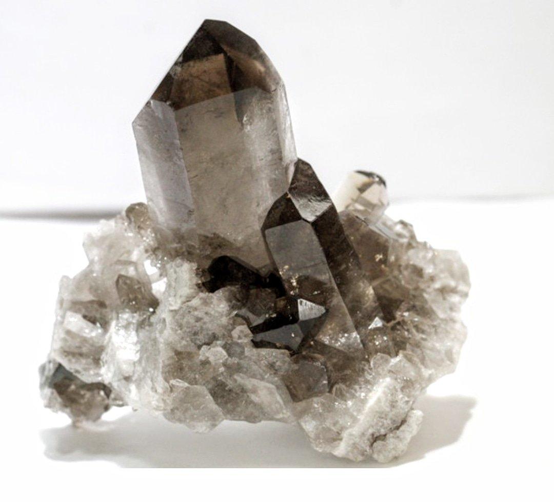 Cuarzo Ahumado. El color ahumado se da cuando la roca del cristal del cuarzo esexpuesta a la radiación natural de los elementos(aluminio y al litio) que aparecen en su composición. #cuarzoahumado #cuarzo #ahumado #minerales #Barcelona
