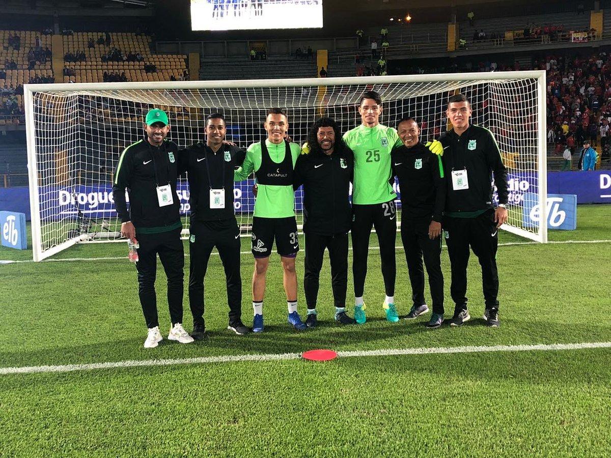 Los porteros más bajos de la historia del futbol -- Shortest goalkeepers of football - Página 2 DxDR06fX4AEbbE4