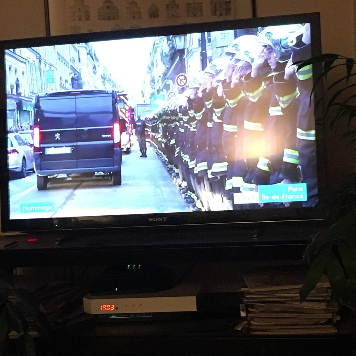 #hommage #pompiersdeparis #Merci https://t.co/FfkDWWXMi9