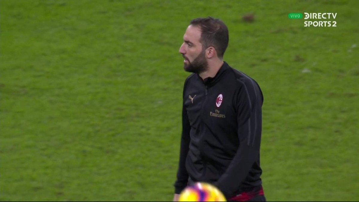 Para sorpresa de todos, Gonzalo Higuaín está en el banco de suplentes de Milan.   ¿Debería ingresar en el segundo tiempo? #SupercopaItaliana #FutbolEnDIRECTV 🏆🇮🇹