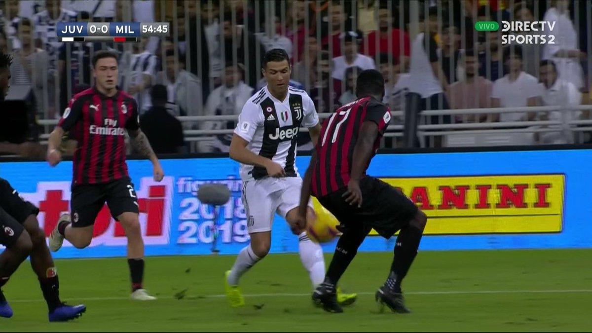 ¿Hubo penal por mano de Cristian Zapata?  ¡Los leemos en #FutbolEnDIRECTV! #SupercopaItaliana 🏆🇮🇹