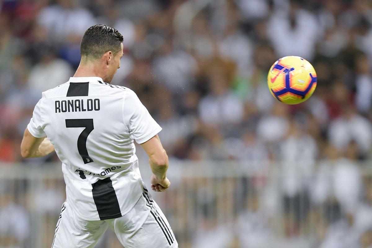 Ronaldo menyundul bola ke arah gawang AC Milan yang berbuah gol dalam laga final Piala Super Italia,  Rabu (16/1/2019) atau Kamis dini hari WIB di Stadion King Abdullah Sports City, Jeddah. (Twitter/JuventusFC @juventusfc)