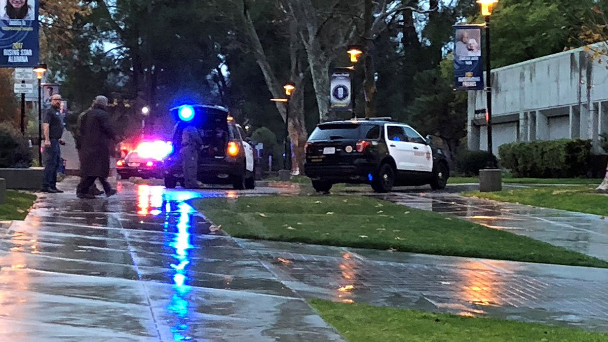 FULL STORY: College of the Canyons in Valencia on lockdown as deputies investigate report of person with gun   https://t.co/NybK7IjjxO
