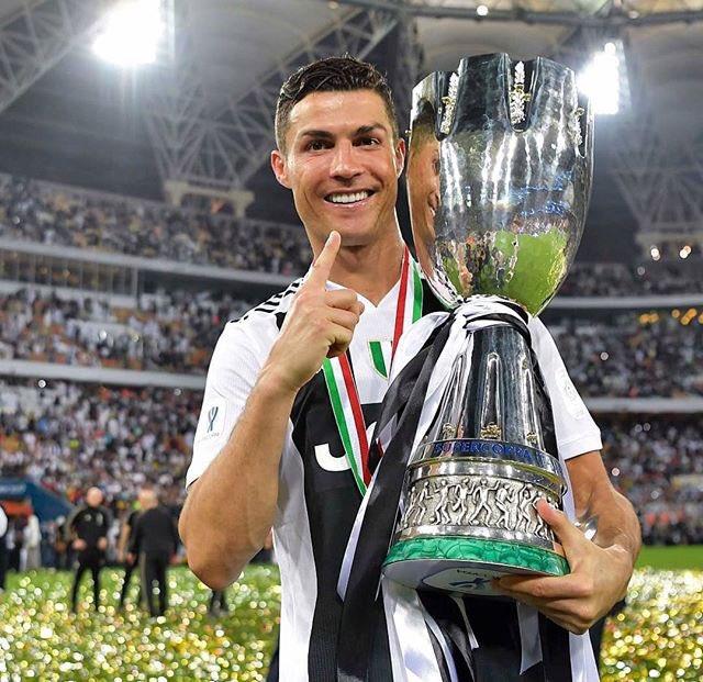 Contente pelo meu 1 troféu pela Juventus!! Trabalho feito!!! 🎉🔝🏆 Foto