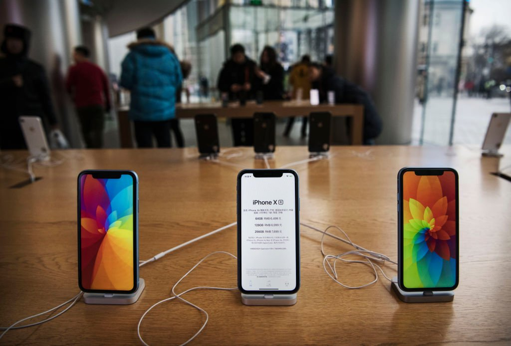 NEW: Apple will cut back on hiring for some divisions after selling fewer iPhones than expected and missing its revenue forecast for the holiday quarter, sources say.  Read more from @markgurman here https://t.co/a6cfZEnEje