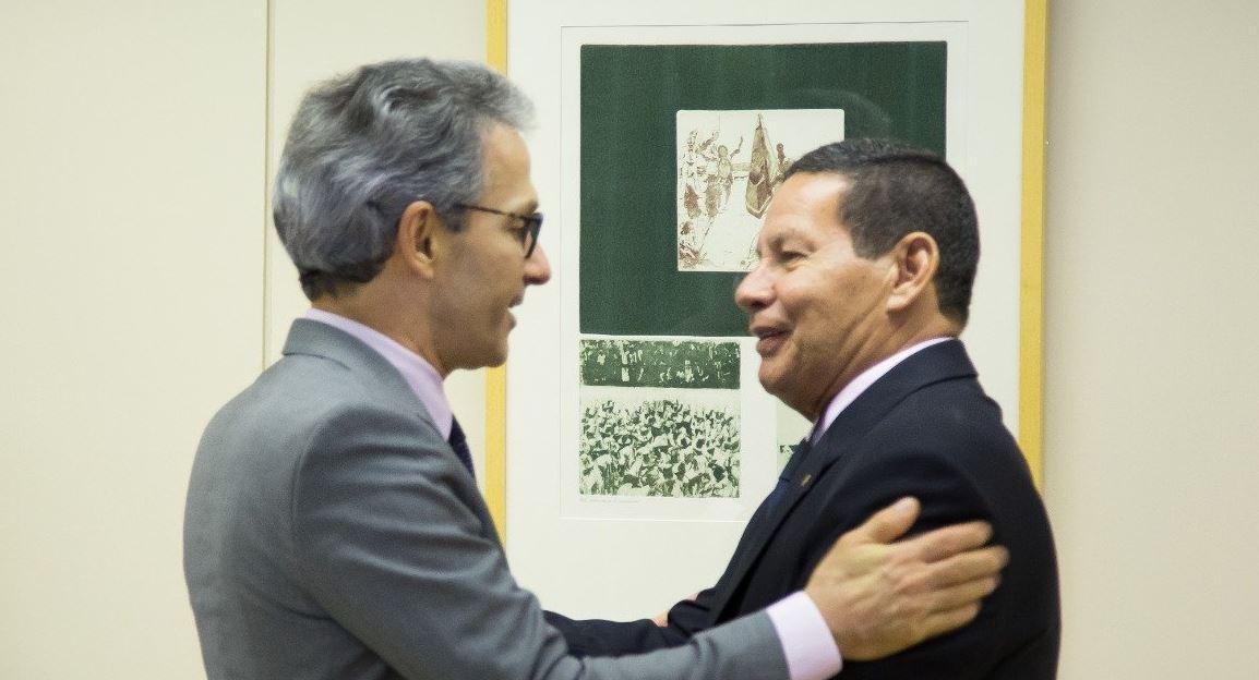 Mourão posta foto com Zema após reunião e critica gestão de Pimentel https://t.co/F7Y2DI7ALW https://t.co/ff31g0gcU8