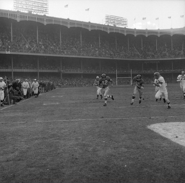 """""""Old Days""""QB Charley Conerly sprints up the sidelines for A TD in a late 50&#39;s Browns-Giants Game at Yankee Stadium.#NFL #NYGiants #Browns #Cleveland #NYC #1950s<br>http://pic.twitter.com/JwCHZzOdZV"""