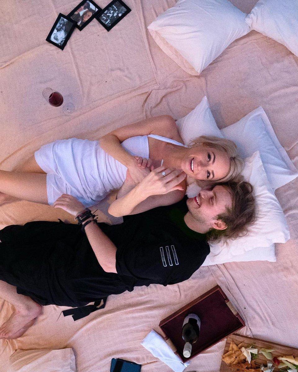 先程、マイケルがかねてから交際中のCrystal Leighと結婚することを素敵過ぎるプロポーズの画像と共にSNSで報告しました。本当に本当におめでとう🎉🎈🍾❤️ #5SOSjp https://t.co/kHFM5TwV0k