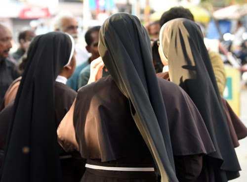 4 Kerala nuns who stood up for rape survivor &#39;punished&#39;  http:// headlinestwentyfour.today/4-kerala-nuns- who-stood-up-for-rape-survivor-punished/ &nbsp; … <br>http://pic.twitter.com/VBD9ukgpMt