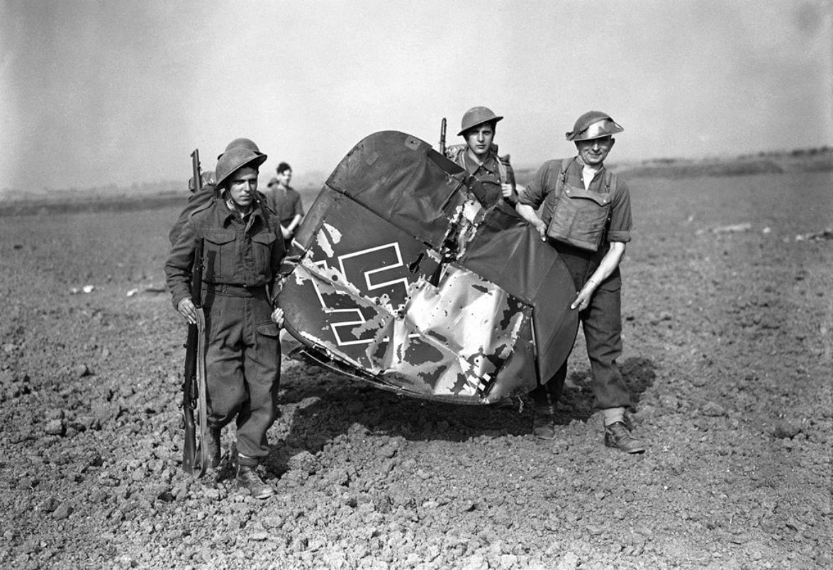 #British Army soldiers carry off the tail of an enemy German Messerschmitt Bf 110, which was shot down by British Royal Air Force fighter planes near Southend-On-Sea, Essex, England, on September 3, 1940.  #History #WWII<br>http://pic.twitter.com/pSRV3Igg8F
