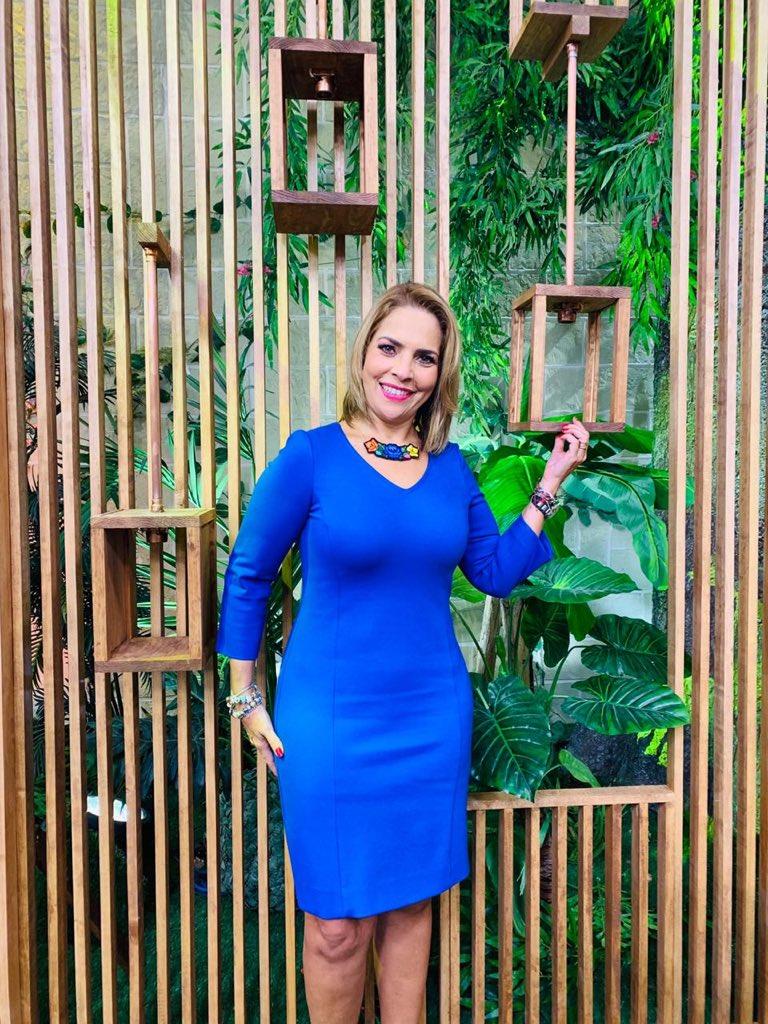 Este miércoles en @saleelsoltv con un vestido azul que me encantó... gracias @Grupo_JULIO !