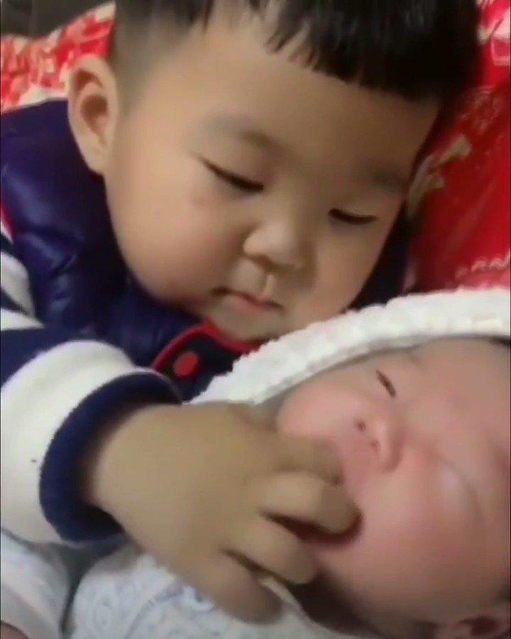 RT @octobeary: ฮือ พี่แบคกะน้องฮุน https://t.co/yGaK43jEla
