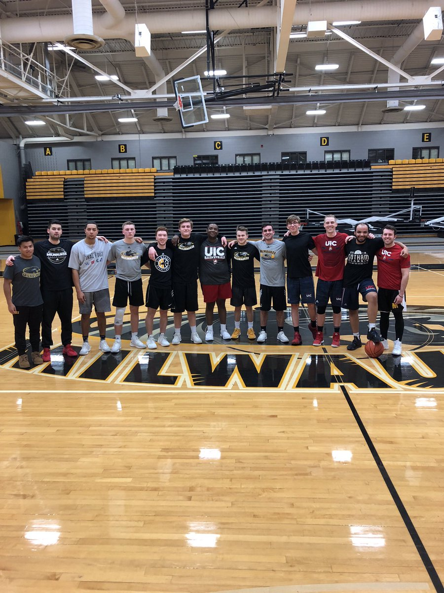 UIC's managers defeat University of Wisconsin-Milwaukee's managers 61-60 on a game-winning shot by Eric Bryson! Freshman @NoahSchenker scores a game high 23 Points and knocks down 7 threes!<br>http://pic.twitter.com/DZhta2cpIe