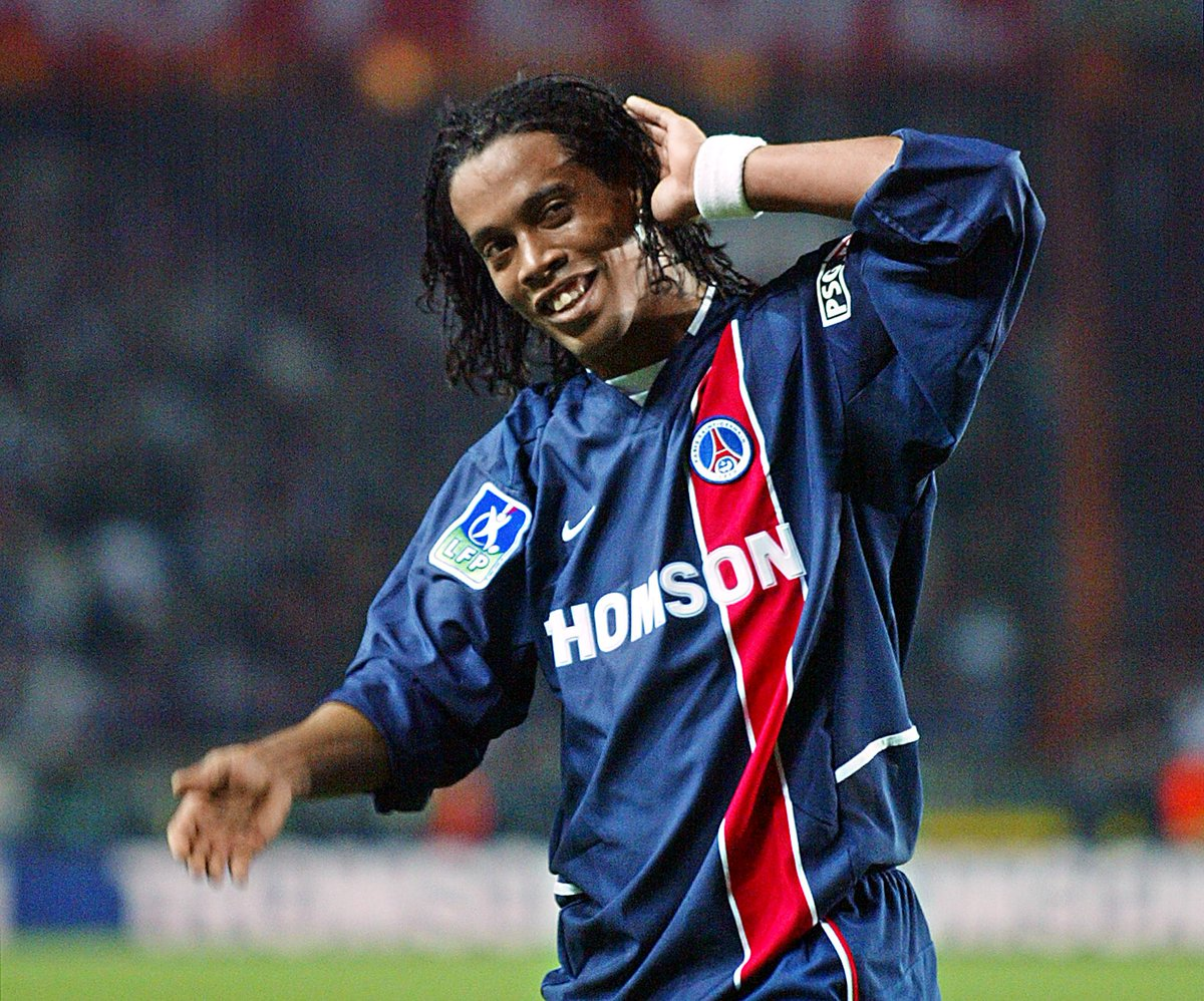 #AccaddeOggi nel 2001 🗓  @10Ronaldinho diventa un giocatore del @PSG_inside 🇧🇷🤙🏾  #UCL