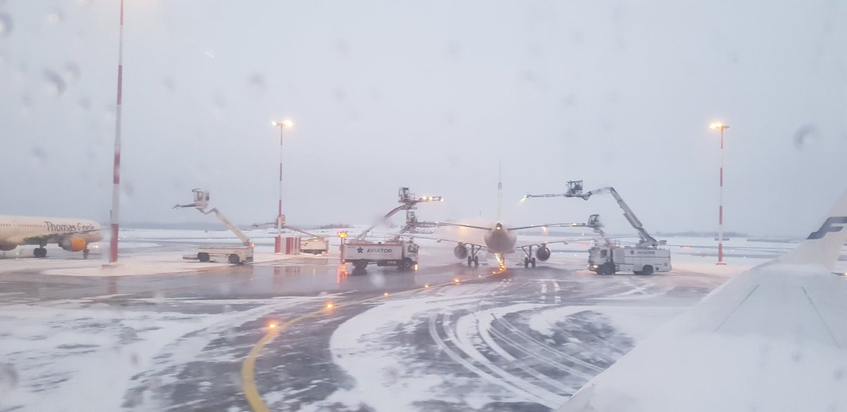 RT @aronkyto: #Finland #Helsinki #airport aeroplane having a shover before take off.  Airport working  safely even after and during a snowstorm; BTW  the only one in the world!