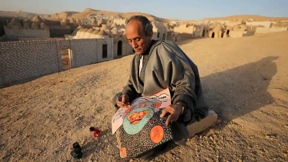 #InPics | Egyptian artist Hassan el-Shark paints a piece of art with his own handcrafted colours near the 'City of the Dead' in Minya Governorate, Upper Egypt.  Full gallery: https://goo.gl/rNFehB