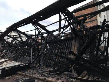 une église entièrement détruite dans un incendie. DxGKR6pWoAYMXj4?format=jpg&name=360x360
