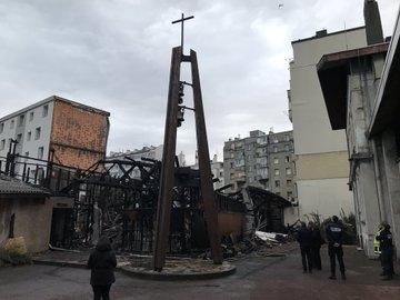 une église entièrement détruite dans un incendie. DxGKR7EUcAAvvoc?format=jpg&name=360x360