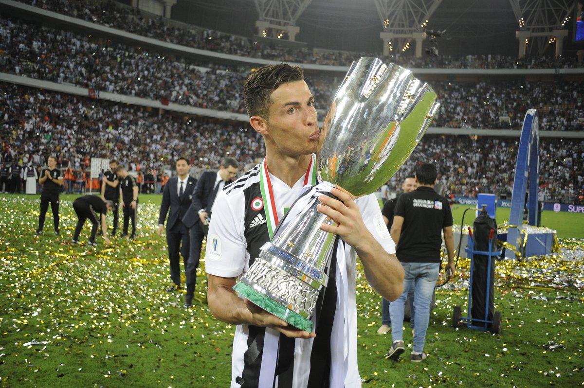 🏆👏 @Cristiano Ronaldo alza al cielo il primo trofeo con la @juventusfc ⚪️⚫️  🤔 Vincerà la #UCL 2018/19 con i Bianconeri ❓