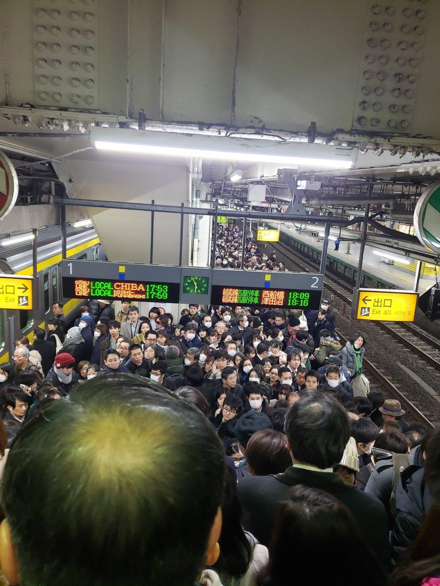 中野駅の人身事故の影響で三鷹駅が大混雑している現場画像
