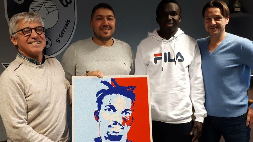 Victoire pour les amis de Souleymane à Sallanches en Haute-Savoie : le jeune Guinéen peut rester vivre en France   →https://t.co/jrXAxzhjIU #hautesavoie #sallanches