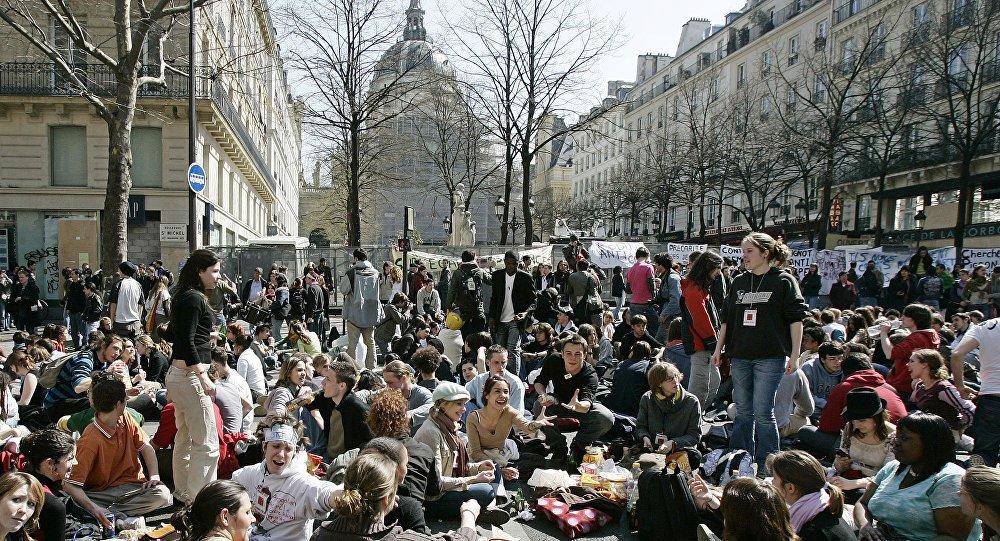 LIVE: Students march in #Paris to protest @EmmanuelMacron's education reforms https://t.co/ITKbwnJlKo