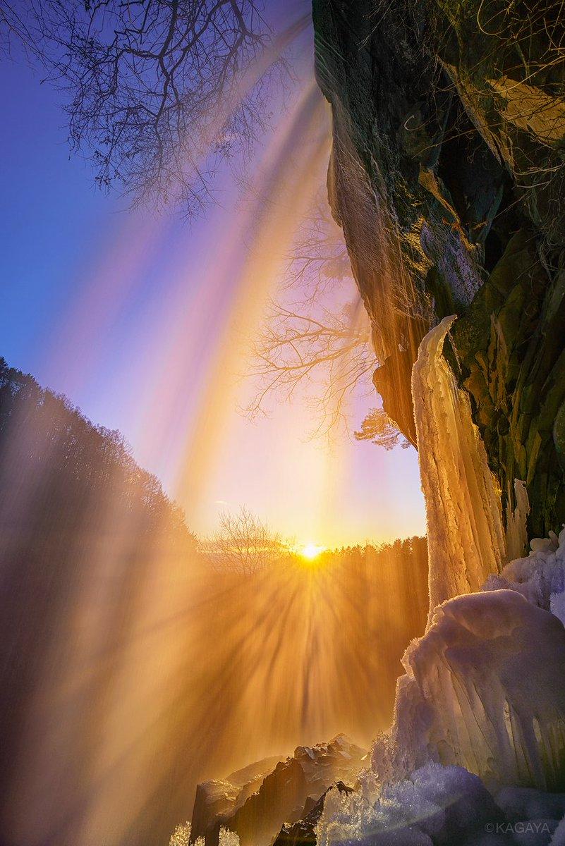 RT @KAGAYA_11949: 金と銀に染まる氷点下の滝。 足元に降る滝の雫はたちまち凍りついていきました。 1、冬の陽の一瞬の輝き。冷たいしぶきが映す夕日の光芒。 2、月光に浮かぶ冬の滝とオリオン。 (先日撮影) https://t.co/m8GzPu1BdQ