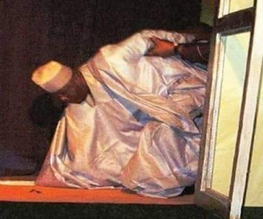 The day Atiku wanted to present his manifestation at the Yar&#39;adua Centre Abuja in 2007, without climbing a staircase, Atiku fell Yakata....  Nobody push person but Atiku Fell Yakata for ground. I don&#39;t know whether he did kerewa.... <br>http://pic.twitter.com/zMrGwvwxdU